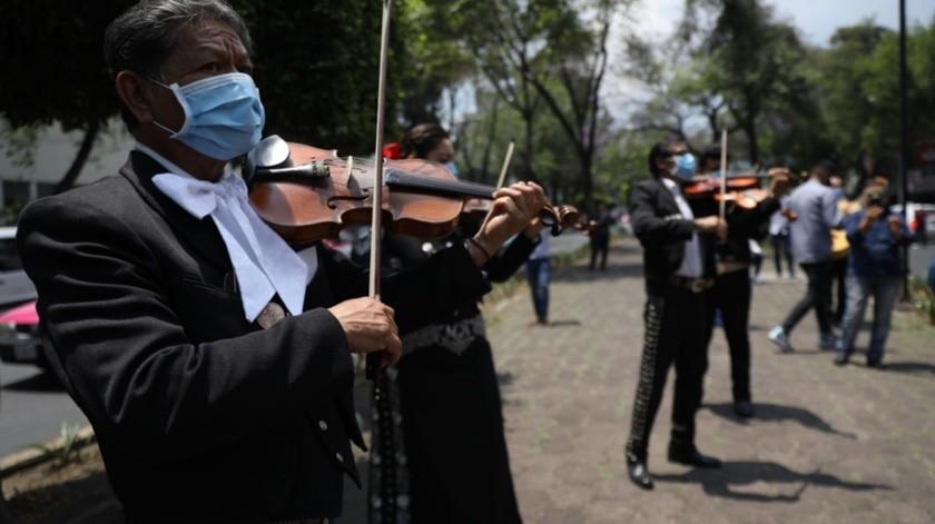 Mariachis ofrecen una serenata frente al Hospital Nacional de Enfermedades Respiratorias, en la Ciudad de México.Mariachis ofrecen una serenata frente al Hospital Nacional de Enfermedades Respiratorias, en la Ciudad de México.(EFE)