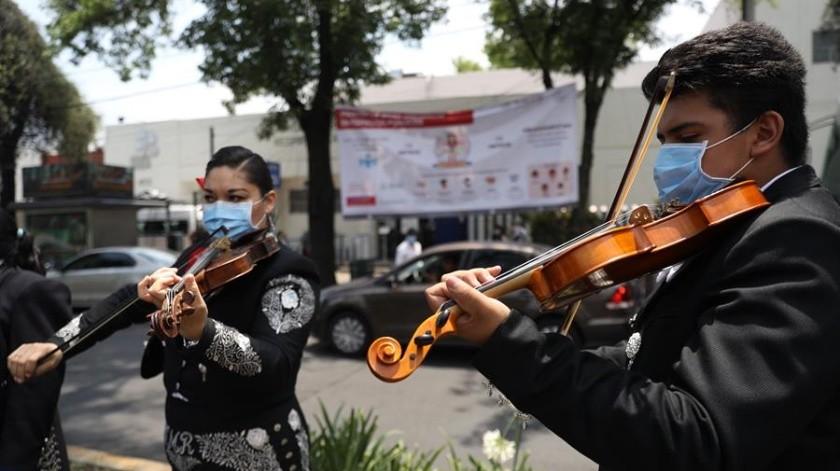 Los mariachis de la icónica Plaza Garibaldi de Ciudad de México se desplazaron este martes al sur de la capital para dar ánimo a los pacientes de enfermedades respiratorias y concienciar acerca del coronavirus SARS-CoV-2.(EFE)