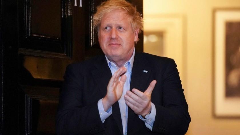 """Johnson """"se ha sentado en la cama y ha interactuado positivamente con el equipo clínico"""" en el hospital St. Thomas en Londres.(AP)"""