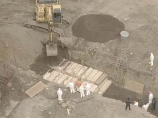 VIDEO: Presuntos reos entierran cuerpos en fosas clandestinas en Hart Island