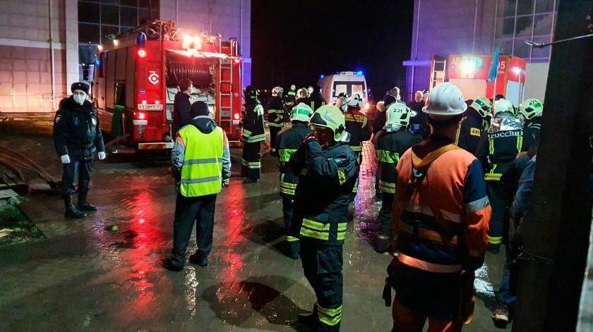 El fuego se originó el miércoles en la noche en el sótano del inmueble y se propagó rápidamente a la planta baja.(AP)