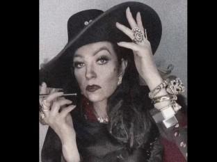 En el video estaba vestida muy al estilo de María Félix y al fondo tenía la canción