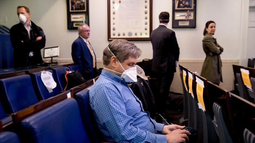 Miembros de la prensa hacen fila para ser analizados por COVID-19 en la Unidad Médica de la Casa Blanca antes de asistir a una conferencia de prensa del presidente Donald Trump el jueves 9 de abril de 2020, en la Casa Blanca.(AP)