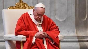 El acto comenzó con el papa Francisco tendido durante unos minutos orando ante el altar papal, bajo el que se cree que reposan los restos de San Pedro.