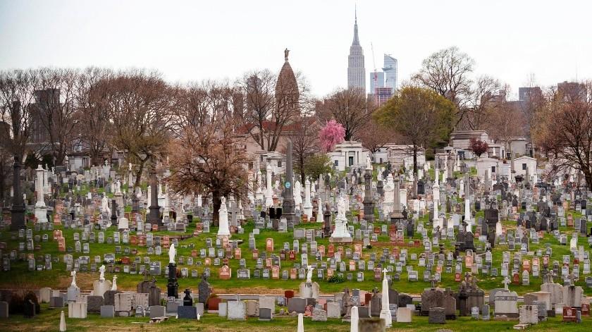 Se ven lápidas y mausoleos en el cementerio de Calvary en Queens con el Empire State Building al fondo en Nueva York, Nueva York,.(EFE)