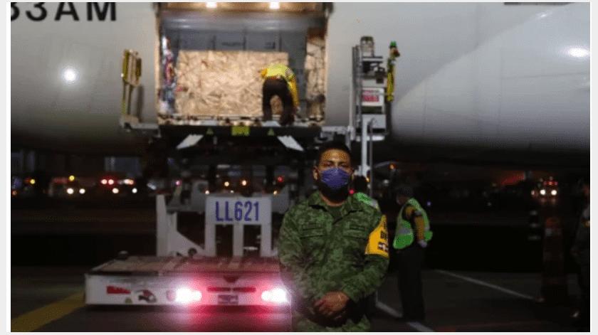 El segundo cargamento del puente aéreo con insumos médicos para enfrentar la emergencia sanitaria por el Covid-19, llegó esta noche a la Ciudad de México procedente de Shanghai, China.(Especial)