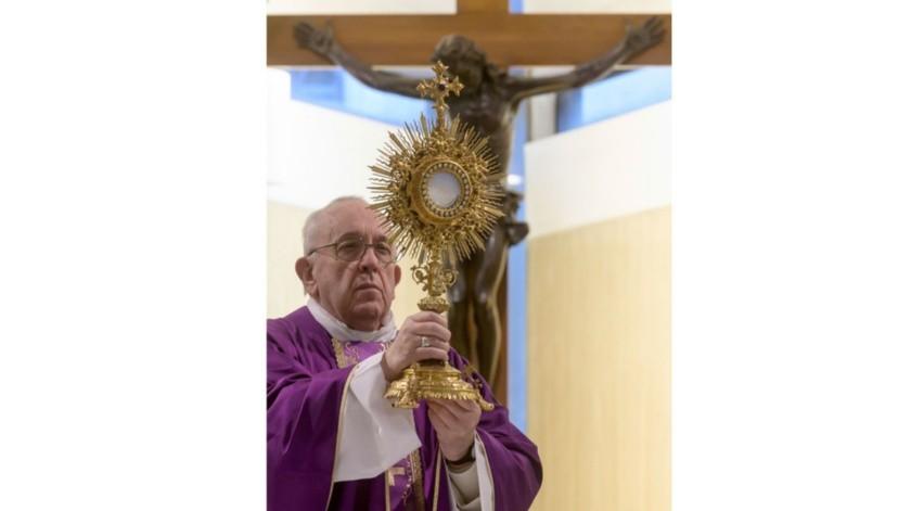 El papa Francisco oficia la misa en su residencia de Santa Marta, Vaticano.(AP)