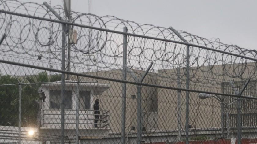 La Secretaría de Salud (Ssa) calcula que diariamente en las cárceles federales ingresan entre 3 mil y 3 mil 500 personas, entre abogados, empleados y proveedores.(Agencia Reforma)