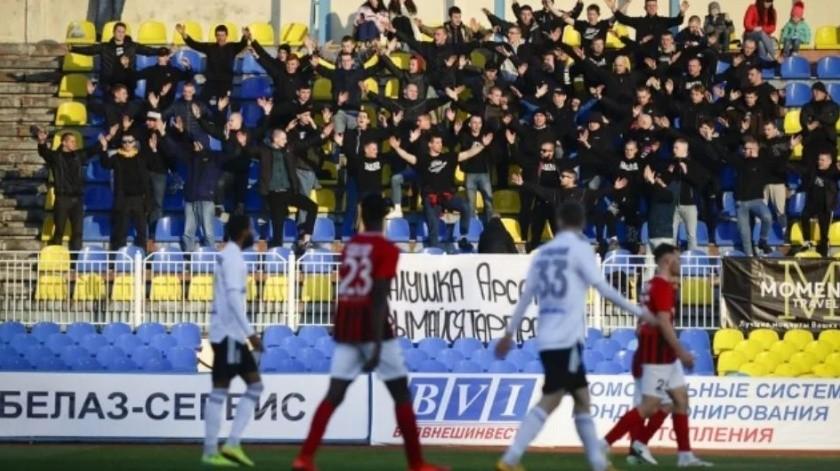 """Bielorrusia se """"echa"""" a la OMS encima por no parar su futbol(Partido entre Torpedo-BelAZ Zhodino y Belshina Bobruisk.   AP)"""