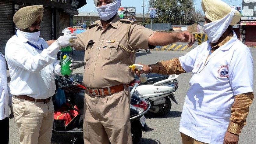 """La policía les ordenó que escribieran 500 veces """"lo siento"""" yaqueignoraronelquedarse en casaen laciudad de Rishikesh, al pie delHimalaya.(EFE)"""