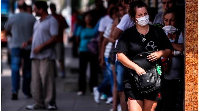 Los habitantes de Buenos Aires que vayan sin mascarillas en los transportes públicos o atiendan de cara al público recibirán multas entre los 10.000 pesos argentinos(EFE)