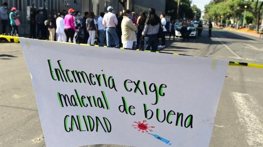 Personal médico y de enfermería del Hospital Regional 1 de Octubre del Instituto de Seguridad y Servicios Sociales de los Trabajadores del Estado (ISSSTE) de la Ciudad de México (México), protestan hoy lunes para exigir equipo médico y de seguridad para el tratamiento de pacientes diagnosticados con Covid-19.(EFE)