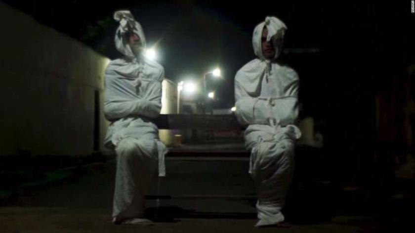 """Se trata de voluntarios vestidos como """"pocong"""", terroríficas almas de difuntos atrapadas en el mundo de los vivos.(Twitter)"""
