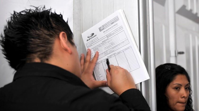 Fotografía de archivo fechada el 13 de marzo del 2016, que muestra a una persona llenando una solicitud de empleo en la Ciudad de México (México).(EFE, EFE)