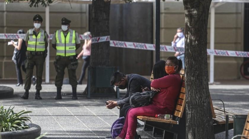 """Una mujer con coronavirus se cansó de su cuarentena en Chile y decidió salir a """"estirar las piernas"""".(AP)"""