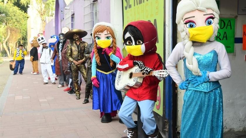 """Artistas que representan a Superman, el Joker o Miguel, el protagonista de """"Coco"""" y decenas de otras estatuas humanas y músicos se reunieron este jueves(EFE)"""