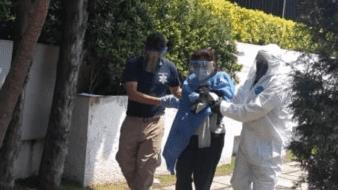 La mujer ingresó a una de las casas de la zona, donde presuntamente trabaja y está sola, en espera de que llegue una ambulancia, confirmaron vecinos de Tecamachalco.