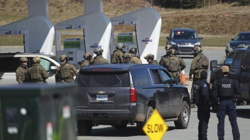 Se muestra un homenaje el lunes 20 de abril de 2020 en la sede de la Real Policía Montada de Canadá en Dartmouth, Nueva Escocia, luego de un tiroteo durante un fin de semana por un hombre armado, disfrazado de oficial de policía, que mató a varias personas, incluido un agente de la RCMP.(AP)