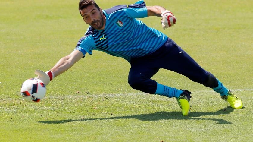 Buffon buscaría llegar a su sexto Mundial, Qatar 2022.(AP)