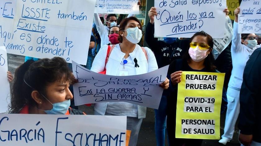 Enfermeras protestan para denunciar la muerte de varios especialistas por no contar con los accesorios elementales de protección durante el cuidado de enfermos de coronavirus, este martes en el exterior de un hospital en Ciudad de México .(EFE, EFE)