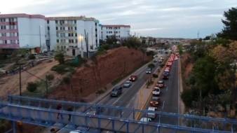 Las filas fueron en aumento ayer en la garita Mariposa de Nogales tras el anuncio del cierre parcial de cruces fronterizos entre México y Estados Unidos.-5 : byn