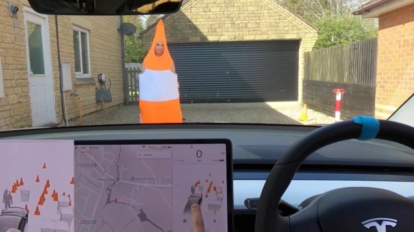 Disfraza a su mujer de cono de tráfico para ver cómo reacciona el Tesla