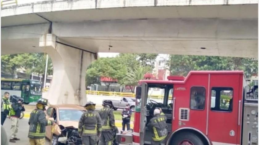CDMX: Cae automovilista desde 15 metros de puente en Circuito Interior(El Universal)