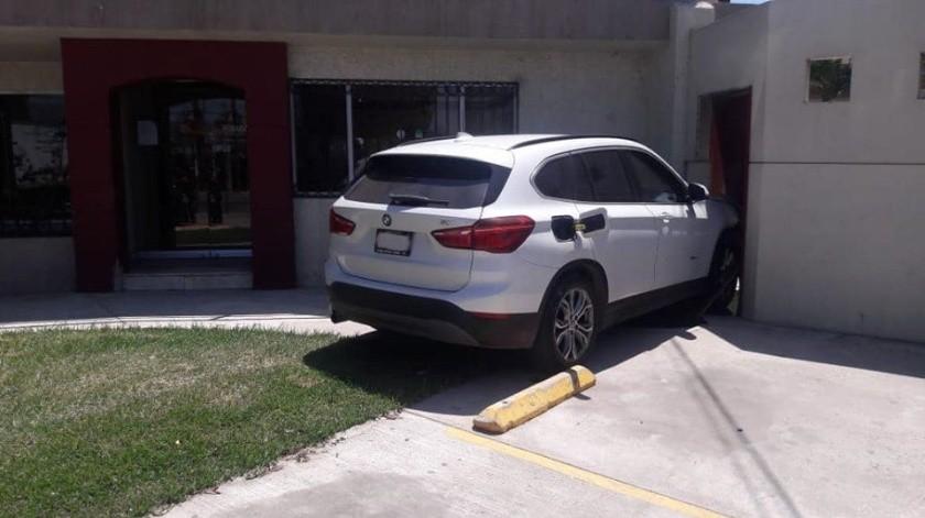 Así quedó el vehículo de la víctima tras el ataque.(Cortesía)