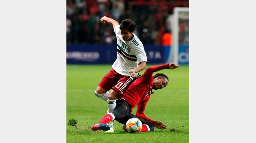 Juan José Macias (i) de la Selección Mexicana, pelea por el balón con James Dwane (d) de Trinidad y Tobago, durante el juego amistoso celebrado el en estadio Nemesio Diez, en la ciudad de Toluca (México).(EFE, EFE)