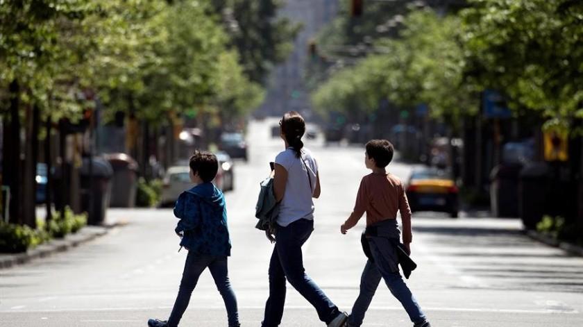 En España los niños han comenzado a salir a la calle después de 43 días de confinamiento.(EFE)