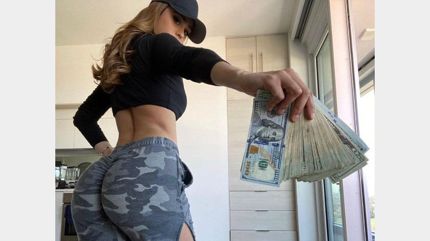 En la foto sale mostrando varios billetes americanos de diferentes denominaciones y vistiendo un sexy atuendo deportivo.(@iamyanetgarcia)