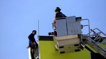 Bomberos convencen y salvan a persona que pensaba en lanzarse de 30 metros