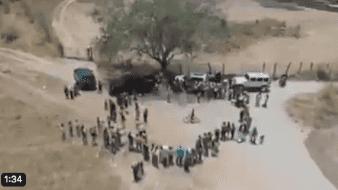 En un video se aprecia cómo sicarios armados trasladas en vehículos bolsas de comida los cuales se los dan ahabitantes de Tuxpan, Jalisco.