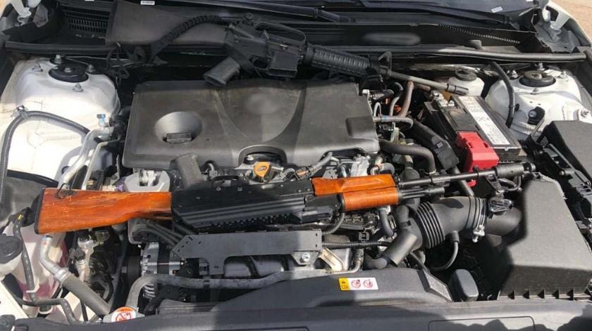 El armamento fue localizado en el lugar de la llanta de refacción de la cajuela, en el cofre y debajo del asiento del copiloto.