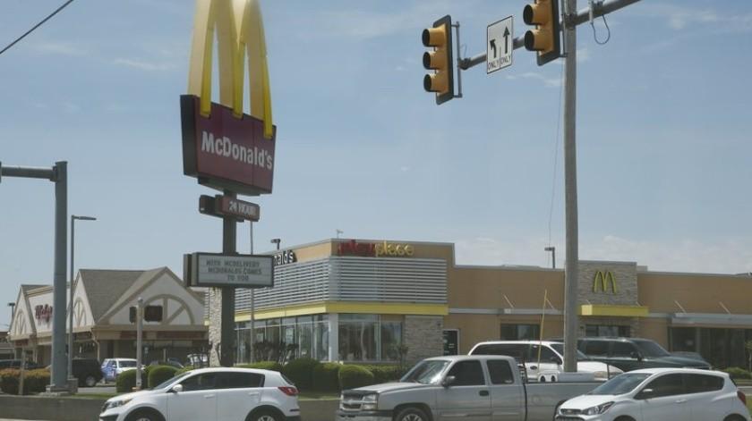 Mujer dispara contra empleados de McDonald's por estar cerrado debido a Covid-19(AP)