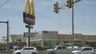 Mujer dispara contra empleados de McDonald's por estar cerrado debido a Covid-19