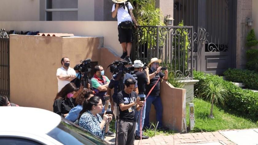 Medios de comunicación de la ciudad se encuentran cubriendo el cateo.(Pablo Hutado.)