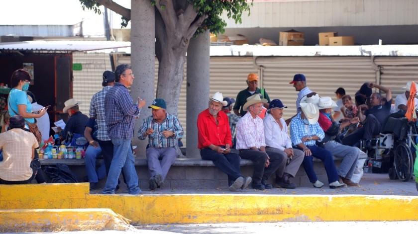 Incluso en tiempos de pandemia, los adultos mayores siguen siendo los principales visitantes en el andador del Mercado Municipal.(Gamaliel González)