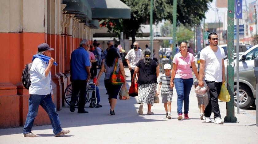 Los alrededores del Mercado Municipal han vuelto a lucir casi con normalidad, con decenas de hermosillenses que acuden a realizar sus compras.(Gamaliel González)
