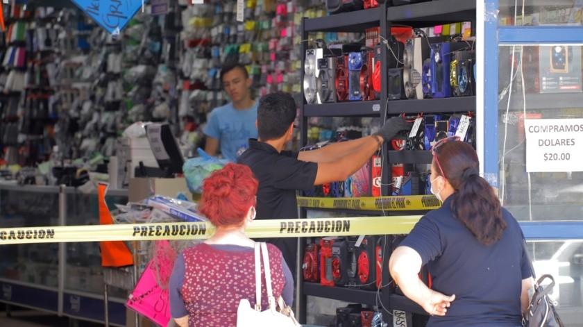 Algunos negocios permanecen abiertos, pero tomando medidas como el impedir que los clientes accedan al local.(Gamaliel González)