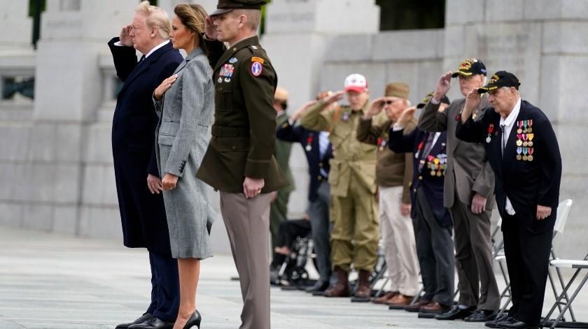 El presidente Donald Trump y la primera dama Melania Trump participan en una ceremonia para conmemorar el 75to aniversario del Día de la Victoria en Europa, el viernes 8 de mayo de 2020, en Washington.(AP)