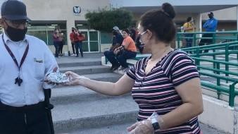 Familia entrega tortas a los más necesitados