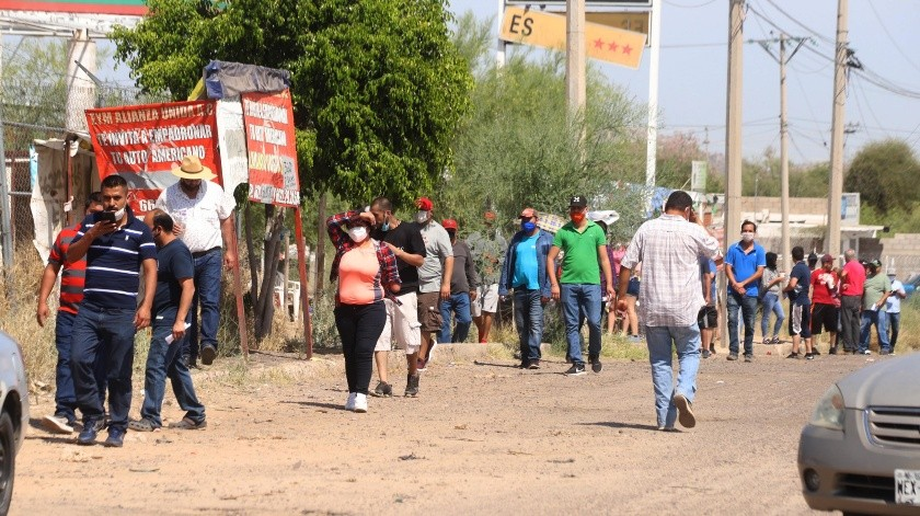 En el Oxxo de la calle Capomo y Lado Lateral, de la Nuevo Hermosillo, decenas de personas hicieron fila por horas, para comprar cerveza.(Teodoro Borbón)