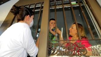 Separados por el virus, unidos por el amor: Enid debe ver a su hijo tras la ventana