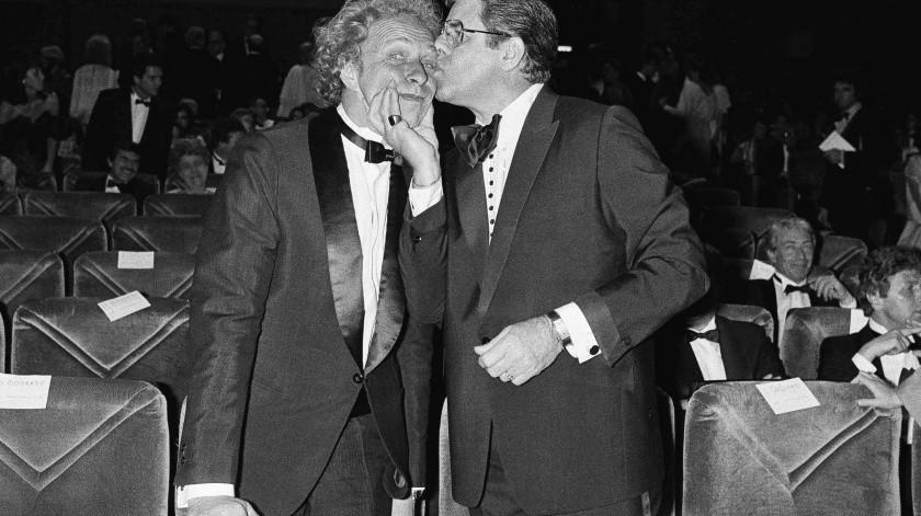 El actor Jerry Lewis, a la derecha, le estampa un beso al actor francés Pierre Richard en el Festival de Cine de Cannes.(AP)