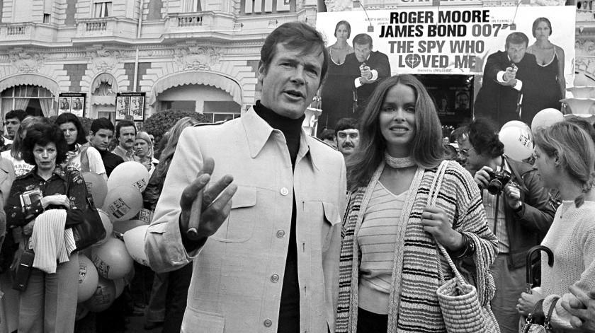 """El actor Roger Moore y la actriz Barbara Bach llegan al estreno de la cinta de James Bond """"The Spy Who Loved Me"""" en el Festival de Cine de Cannes, en la Riviera francesa.(AP)"""