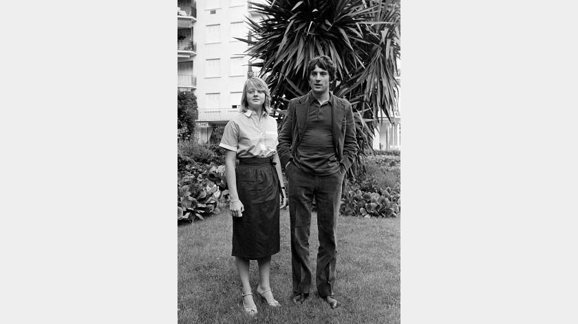 """Los actores Jodie Foster y Robert De posan antes de presentar """"Taxi Driver"""" en el Festival de Cine de Cannes, en el sur de Francia.(AP)"""