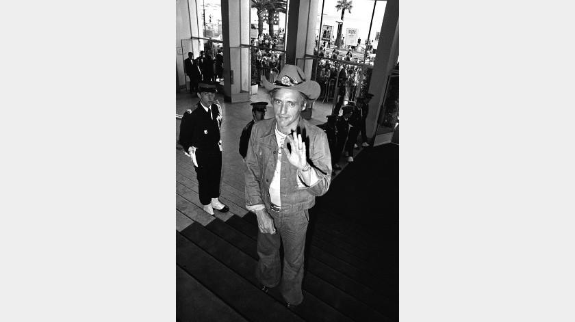 """El director y actor Dennis Hopper llega al Festival de Cine de Cannes para presentar """"Tracks"""", en Cannes, Francia.(AP)"""
