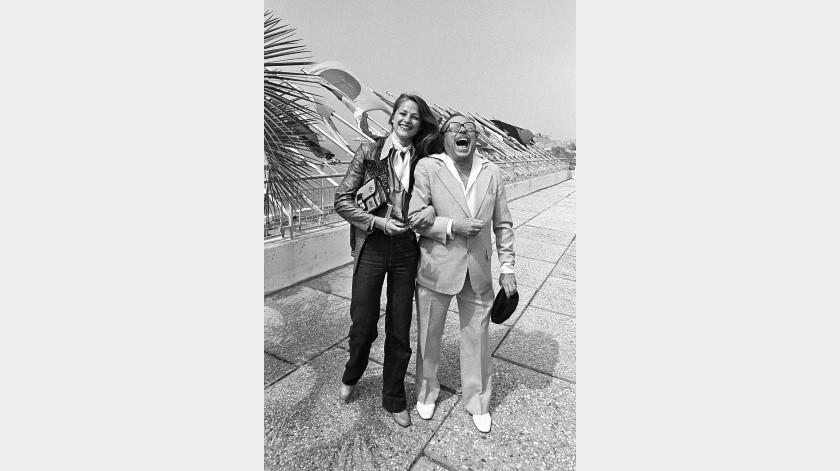 La actriz Charlotte Rampling y el dramaturgo estadounidense Tennessee Williams rÁ¡en en Cannes, donde ambos eran miembros del jurado del Festival de Cine, en el sur de Francia.(AP)