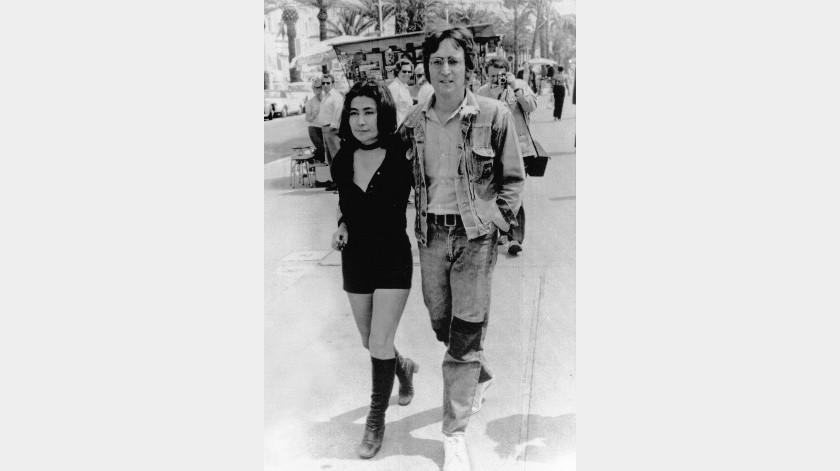 """El músico John Lennon y su esposa Yoko Ono caminan por la Croisette en Cannes, Francia, donde se encontraban para presentar las películas """"Apothesis"""" y """" The Fly"""" en la 25ta edición del Festival de Cine de Cannes.(AP)"""